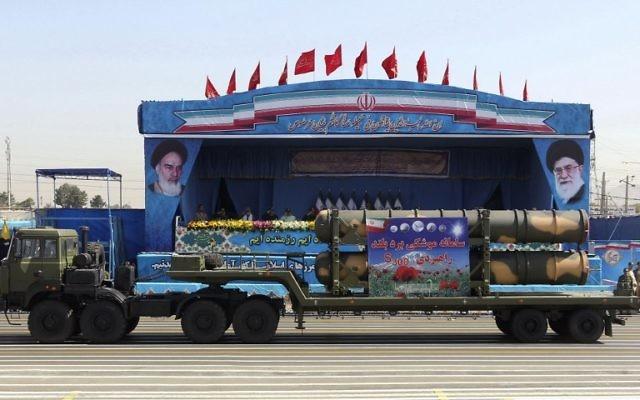 Un camion militaire iranien transporte des morceaux du système de défense aérienne S-300 pendant la parade militaire annuelle marquant le début de la guerre Iran - Irak, à Téhéran, le 21 septembre 2016. (Crédit : Chavosh Homavandi/AFP)