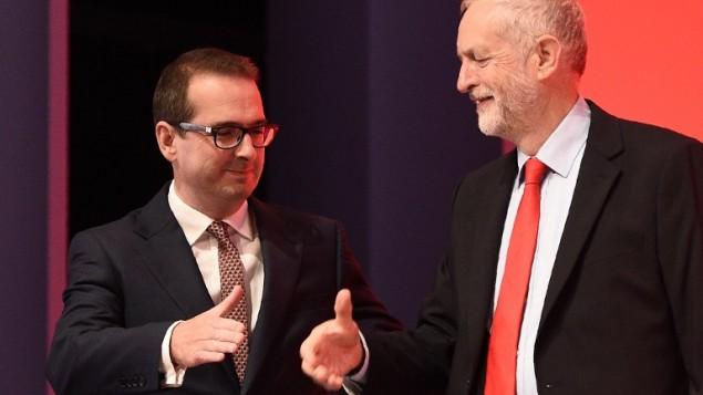 Le dirigeant du Labour britannique Jeremy Corbyn (à droite) et son concurrent Owen Smith arrivent sur scène avant l'annonce des résultats du vote pour la direction du parti, à Liverpool, le 24 septembre 2016. (Crédit : AFP/Oli Scarff)