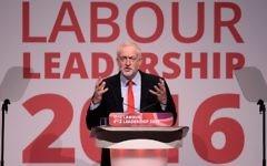 Jeremy Corbyn après sa réélection à la tête du Labour britannique, pendant la conférence du parti à Liverpool, le 24 septembre 2016. (Crédit : Oli Scarff/AFP)