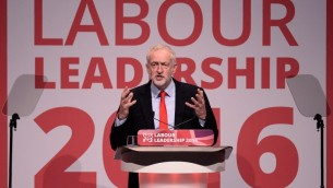 Jeremy Corbyn après sa réélection à la tête du Labour britannique, pendant la conférence du parti à Liverpool, le 24 septembre 2016. (Crédit : AFP/Oli Scarff)
