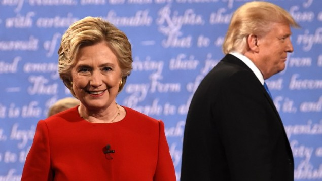 Les candidats à la présidentielle américaine Donald Trump et Hillary Clinton quittent la scène après le premier débat de la campagne, à New York, le 26 septembre 2016. (Crédit : AFP/ Timothy A. Clary)