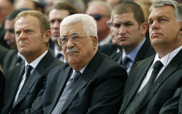 Le président de l'Autorité palestinienne Mahmoud Abbas (C) se trouve aux côtés du président du Conseil européen Donald Tusk (L) et le président roumain Klaus Iohannis au cimetière du mont Herzl à Jérusalem lors des funérailles de l'ancien président israélien Shimon Peres le 30 septembre 2016. (Crédit : AFP / Abir Sultan)