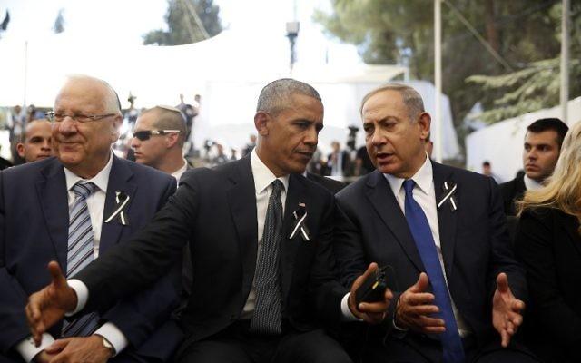 Le président américain Barack Obama, au centre, avec le Premier ministre Benjamin Netanyahu, à droite, et le président Reuven Rivlin, à gauche, lors des funérailles de l'ancien président israélien Shimon Peres au cimetière du mont Herzl à Jérusalem, le 30 septembre 2016. (Crédit : Ronen Zvulun/AFP)