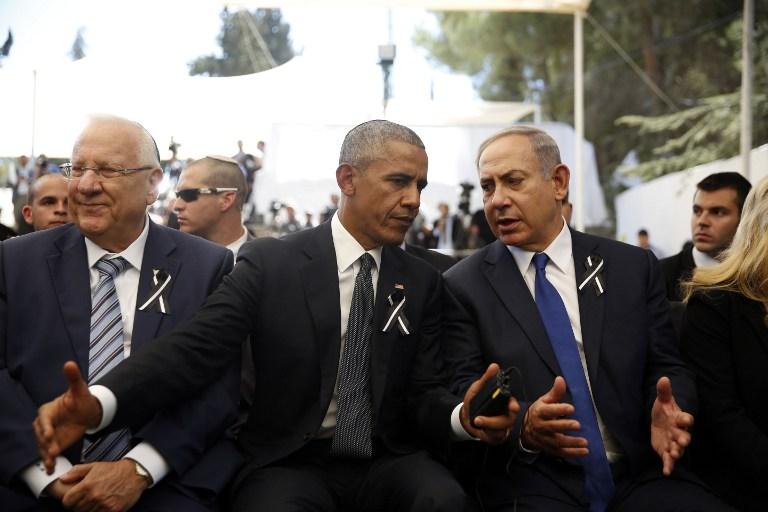 Le président américain Barack Obama (C) parle au Premier ministre israélien Benjamin Netanyahu (d) alors qu'il est assis à côté du président israélien Reuven Rivlin (g) lors des funérailles de l'ancien président israélien Shimon Peres le 30 septembre, 2016, au cimetière du mont Herzl à Jérusalem . (Crédit : AFP / Ronen Zvulun)