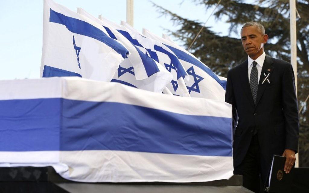 Le président américain Barack Obama devant le cercueil de l'ancien président israélien Shimon Peres, après avoir parlé lors de ses funérailles au mont Herzl à Jérusalem, le 30 septembre 2016. (Crédit : Abir Sultan/Pool/AFP)