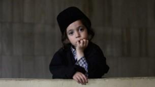 Un enfant membre du mouvement ultra-orthodoxe Lev Tahor, à Guatemala City, le 2 septembre 2014. (crédit : AFP/Johan Ordonez)