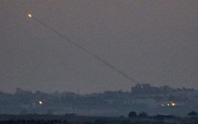 Une roquette tirée depuis la bande de Gaza vers Israël, vue depuis le sud de la frontière entre Israël et Gaza, le 10 juillet 2014. (Crédit : AFP/Jack Guez)