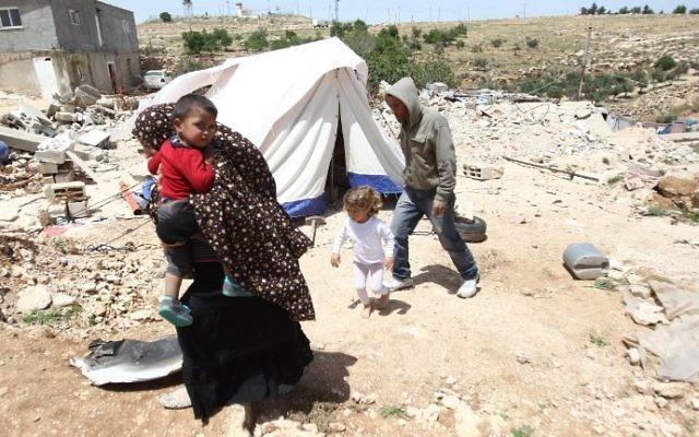 Une famille palestinienne dont la maison a été démolie par Israël à Ad-Deirat Rifaiyya, dans le sud de la Cisjordanie, le 21 avril 2015. (Crédit : Hazem Bader/AFP)