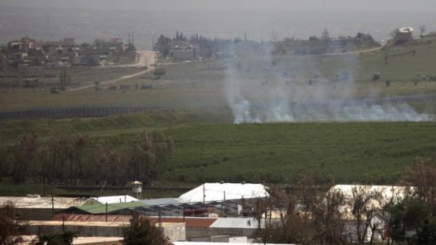 La fumée monte sur le plateau du Golan, après deux tirs de mortiers venus de Syrie, déchirée par la guerre civile, le 28 avril 2015. (Crédit : AFP/Jalaa Marey)