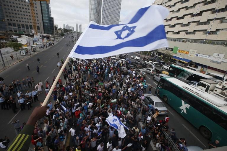 Des Israeliens prenant part à une manifestation à Tel Aviv le 3 mai 2015 protestant contre la prétendue brutalité policière et la discrimination institutionnalisée contre la communauté éthiopienne (Crédit : AFP / JACK GUEZ)