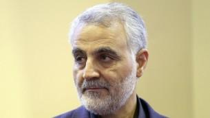 Le général Qassem Suleimani, commandant de la Force al-Quds, unité d'élite des Gardiens de la révolution iranienne, après la mort de sa mère, à Téhéran, le 14 septembre 2013. (Crédit : AFP/ISNA/Mehdi Ghasemi)