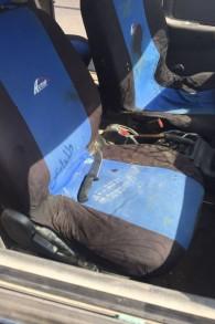 Un couteau trouvée dans la voiture de deux Palestiniens qui auraient tenté une attaque à la voiture bélier contre un arrêt de bus proche de l'implantation de Kiryat Arba, en Cisjordanie, le 16 septembre 2016. (Crédit : unité des porte-paroles de l'armée israélienne)
