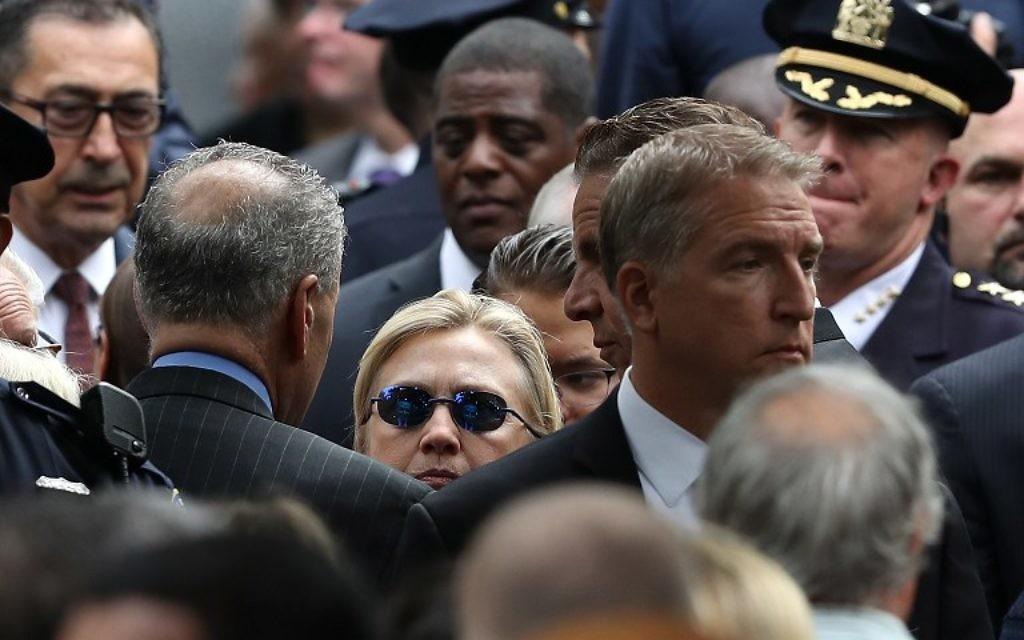 La candidate démocrate à la présidentielle, Hillary Clinton, pendant les cérémonies de commémoration des attentats du 11 septembre 2011 à New York, le 11 septembre 2016. (Crédit : Justin Sullivan/Getty Images/AFP)
