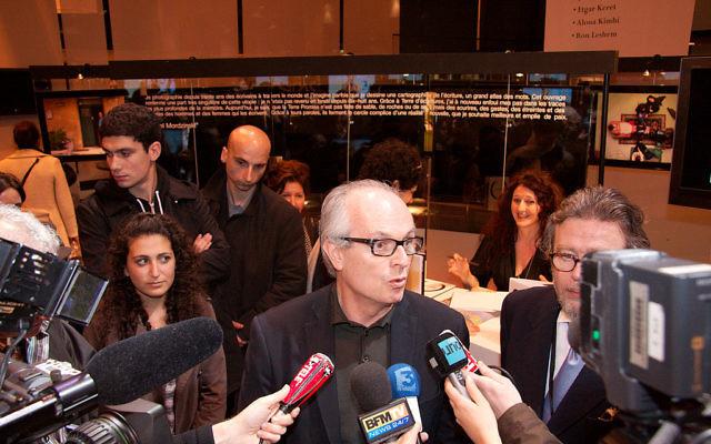 Conférence de presse avec l'ambassadeur d'Israël à Paris, Daniel Shek, et Jean-Daniel Compain, directeur de Reed expositions et organisateur du salon, après l'alerte à la bombe du Salon du livre 2008, à Paris (Crédit : CC BY-SA 3.0)