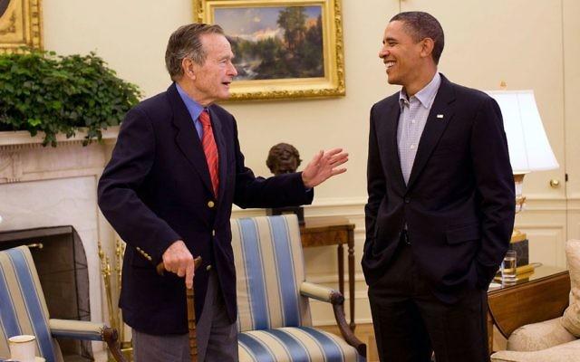 L'ancien président George H. W. Bush rencontre le président Barack Obama à la Maison Blanche, le 30 janvier 2010. (Crédit : Pete Souza/Maison Blanche/domaine public/WikiCommons)