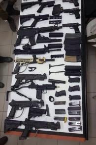 Pistolets et éléments d'armes à feu saisis pendant un raid contre des ateliers de fabrication d'armes illégales dans la ville palestinienne de Jénine, au nord de la Cisjordanie, le 26 septembre 2016. (Crédit : unité des porte-paroles de l'armée israélienne)