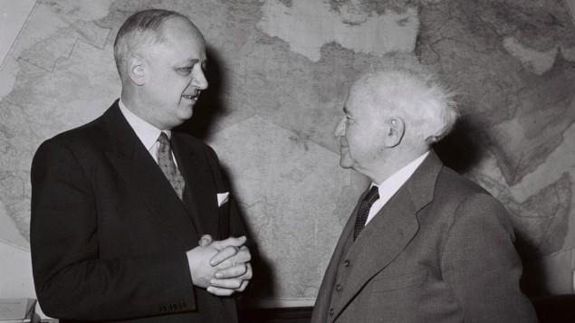 Le ministre français des Affaires étrangères, Christian Pineau, et David Ben Gurion en Israël, en janvier 1959. (Crédit : Moshe Pridan/Wikipedia)