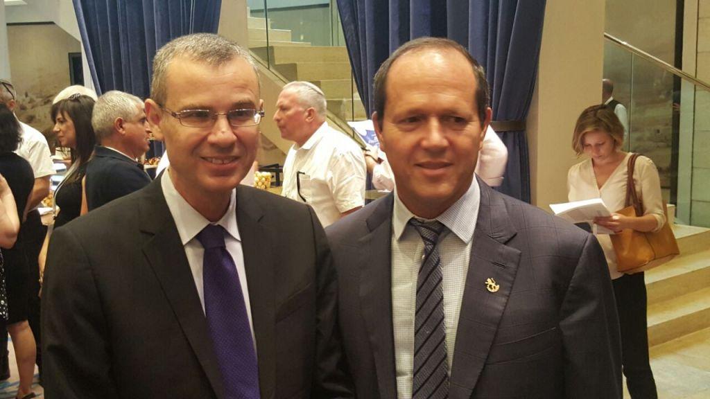 Yariv Levin, ministre du Tourisme, et Nir Barkat, maire de Jérusalem - Conférence du tourisme à Jérusalem (Crédit : autorisation)