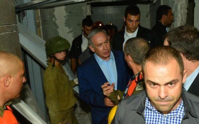Le Premier ministre Benjamin Netanyahu sur le site d'un parking effondré à Ramat Hachayal à Tel Aviv, le 5 septembre 2016 (Crédit : Kobi Gideon / GPO)