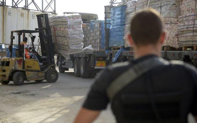 Transfert de biens dans la bande de Gaza via Keren Shalom, le 19 juillet 2014. Illustration. (Crédit : unité des porte-paroles de l'armée)