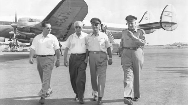 De gauche à droite, Shimon Peres, alors directeur général du ministère de la Défense, Pinhas Lavon, ministre de la Défense, Moshe Dayan, chef d'Etat-major, et Yosef Avida, vice chef d'Etat-major, le 19 août 1954. (Crédit : Asaf Kutin/Bamahane/archives du ministère de la Défense)