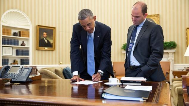 Ben Rhodes, à droite, avec le président Barack Obama dans le Bureau ovale de la Maison Blanche, le 10 septembre 2014. (Crédit : Maison Blanche/Pete Souza)