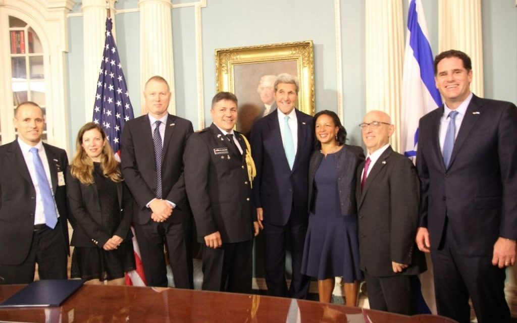 La signature de l'accord d'aide militaire israélo-américain au département d'Etat, le 14 septembre 2016. (Crédit : ambassade israélienne à Washington)