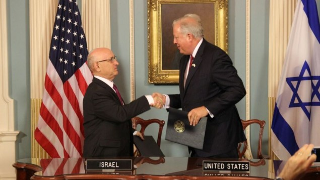 Le dirigeant du Conseil de sécurité nationale d'Israël, Yaakov Nagel,  et Thomas Shanon, sous-secrétaire d'Etat américain aux Affaires politiques, après la signature de l'accord d'aide militaire israélo-américain au département d'Etat, le 14 septembre 2016. (Crédit : ambassade israélienne à Washington)