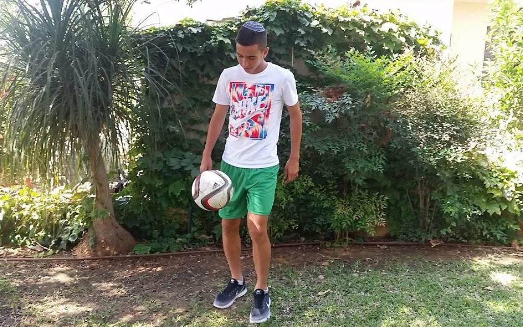 Shachar Shpaier, adolescent de 16 ans qui joue au football à Kfar Saba, est le seul joueur pratiquant de son équipe. (Crédit : Moshe Shpaier)