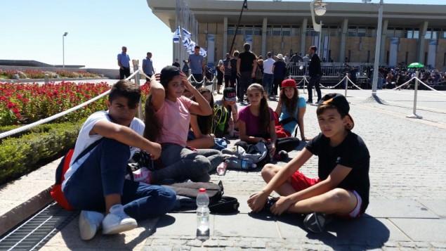 Des élèves d'écoles primaires sont venus rendre un dernier hommage au neuvième président d'Israël, Shimon Peres, sur la place de la Knesset, à Jérusalem, le 29 septembre 2016. (Crédit : Raphael Ahren/Times of Israel)