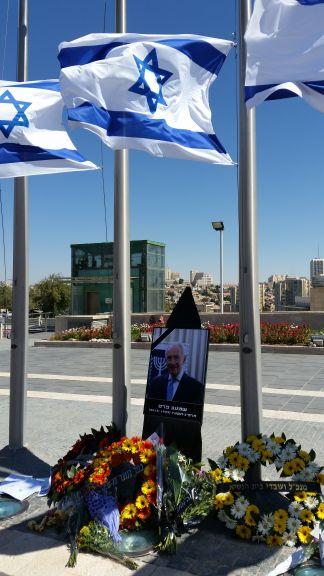 Dernier hommage au neuvième président d'Israël, Shimon Peres, sur la place de la Knesset, à Jérusalem, le 29 septembre 2016. (Crédit : Raphael Ahren/Times of Israel)