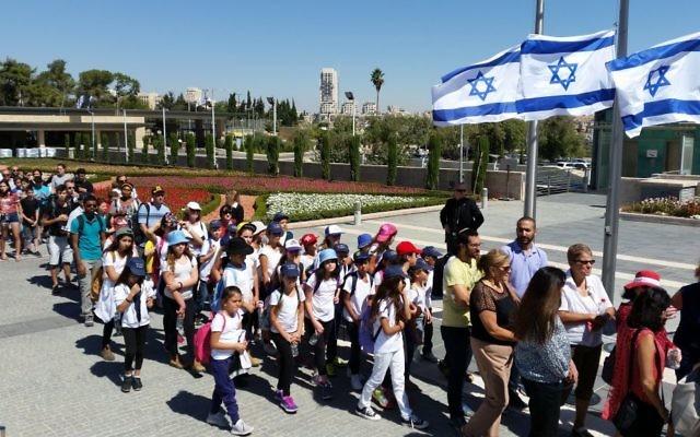 Les Israéliens rendent un dernier hommage au neuvième président d'Israël, Shimon Peres, sur la place de la Knesset, à Jérusalem, le 29 septembre 2016. (Crédit : Raphael Ahren/Times of Israel)