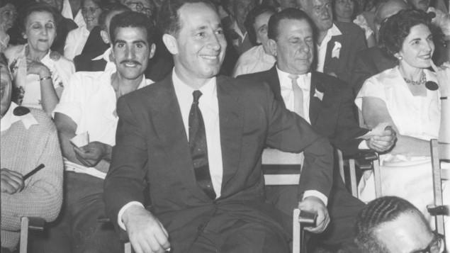 Shimon Peres pendant Yom HaAtzmaout 1960, le jour de l'Indépendance israélienne, le 2 mai 1960. (Crédit : archives du ministère de la Défense)