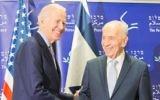 Le vice-président américain Joe Biden rencontre l'ancien président Shimon Peres à Jaffa le 8 mars 2016. (Crédit : Centre Peres pour la paix)