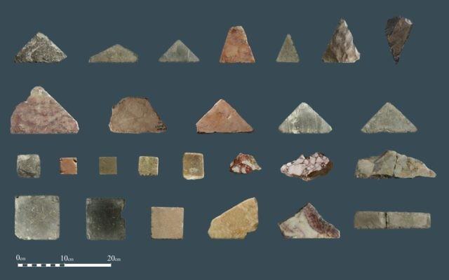 Les fragments de carreaux de sol en marbre qui selon les archéologues du Temple Mount Sifting Project viennent du Temple Hérodien à Jérusalem (Crédit : Temple Mount Sifting Project)