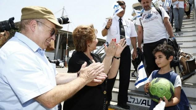 Le président de l'Agence juive, Nathan Sharansky, et la ministre de l'Immigration et de l'Intégration, Sofa Landver, accueillent plus de 200 juifs français qui arrivent en Israël dans un vol spécial alyah de l'Agence juive, le 20 juillet 2016. (Crédit : Nir Kafri pour l'Agence juive pour Israël)