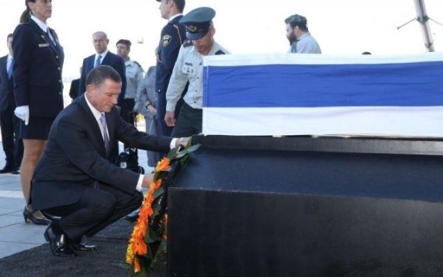 Yuli Edelstein se recueille sur le cercueil de Shimon Peres, le 29 septembre 2016 sur le parvis de la Knesset (Crédit :  bureau de Yizhak Harari / Knesset porte-parole)