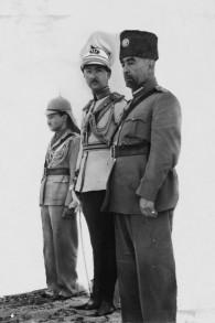 """""""Couronnement"""" du roi Abdallah à Amman. De gauche à droite : le roi Abdallah, l'émir Abdul Illah (régent d'Irak) et Emir Naif (le plus jeune fils du roi Abdallah). (Crédit : Wikipedia)"""