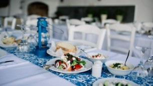Un repas grec servi lors d'un mariage israélien à Tinos, en Grèce, 23 juin 2016. (We Are Red/JTA)