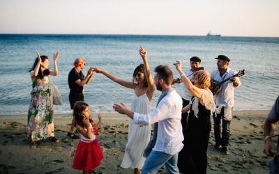 Des Israéliens celèbrent un mariage à Tinos, le 24 juin 2016 (We Are red/JTA)