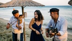 La fondatrice de directrice de Wedaway partage un moment de complicité avec des musiciens à Tinos, en Grèce , le 24 juin 2016. (We Are Red/JTA)