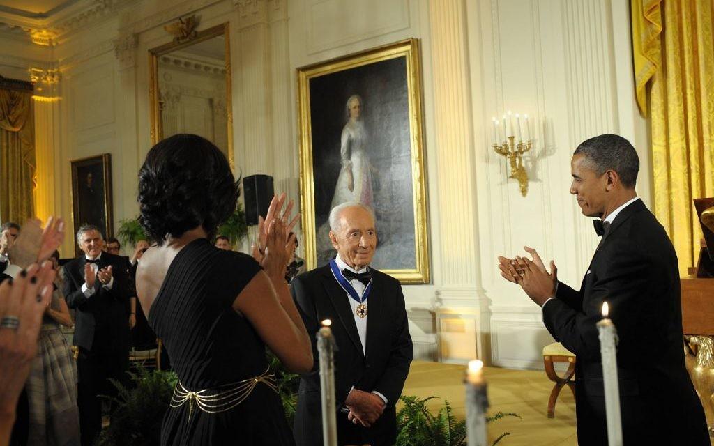 Shimon Peres reçoit la médaille présidentielle de la liberté à la Maison Blanche, en 2012. (Crédit : GPO)