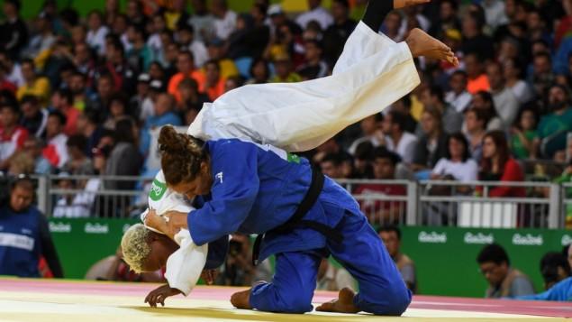 La judoka congolaise Yolande Bukasa Mabika, qui faisait partie de l'Equipe olympique des réfugiés, a perdu son premier match contre l'Israélienne Linda Bolder, aux Jeux de Rio, en août 2016. (Crédit : autorisation)