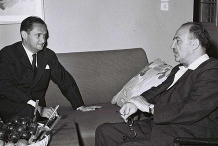 Maurice Bourgès-Maunoury, président du Conseil des ministres français, rencontre Levi Eshkol, alors ministre des Finances, en Israël, en 1958. (Crédit : Yaron Mirlin - Collection photographique nationale d'Israël)