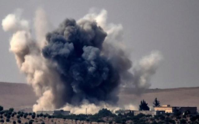 Nuages de fumée après des frappes aériennes menées par un avion de combat turc sur le village frontalier turc syrien de Jarablos lors de combats contre des cibles du groupe de l'Etat islamique, 24 août 2016. (Crédit : Bulent Kilic/AFP)