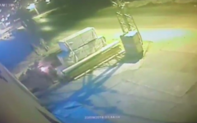 Des images vidéo semblent montrer des soldats israéliens mettre le feu à un entrepôt palestinien (Crédit : capture d'écran Deuxième chaîne)