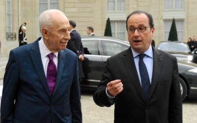 Shimon Peres et François Hollande en mars 2016 à l'Élysée (Crédit : autorisation)