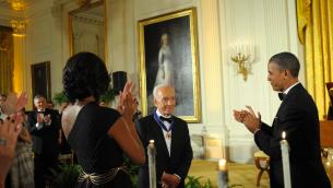 Le président américain Barack Obama (d) l'ex-président israélien Shimon Peres avec la médaille de la liberté à la Maison Blanche à Washington. (Crédit : Amos Ben Gershom/GPO)