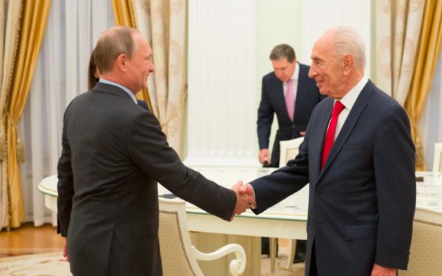 Vladimir Poutine et Shimon Peres (Crédit : GPO)