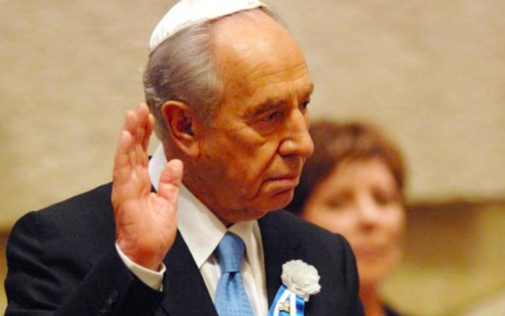 Shimon Peres prête serment à la Knesset pour son mandat présidentiel en 2007 (Crédit : GPO)